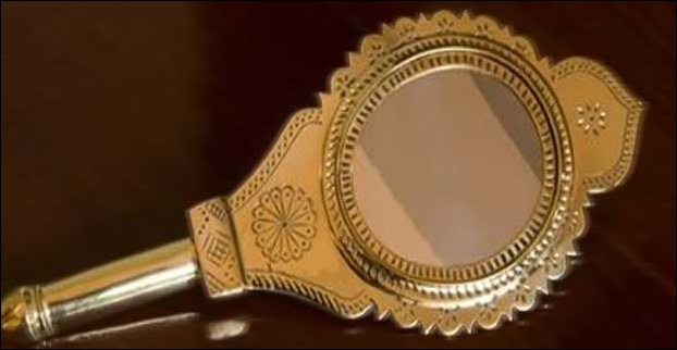 Aaranmula Mirror a metal-alloy mirror is the most sought after item by travellers