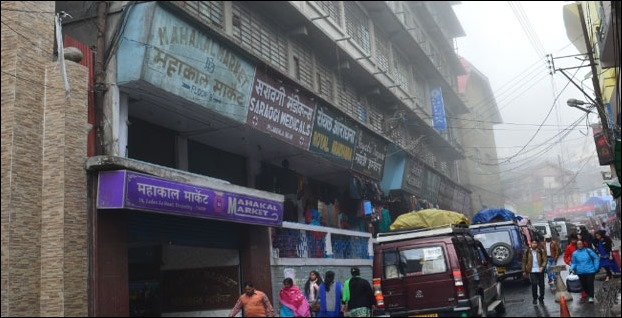 The markets are at walkable distance from Mall Road near Big Bazaar along the road to darjeeling Station
